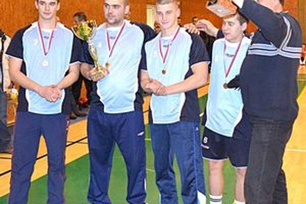 Víťaz 38. ročníka Slovenského pohára. Hráči NK Revúca so svojím kormidelníkom.