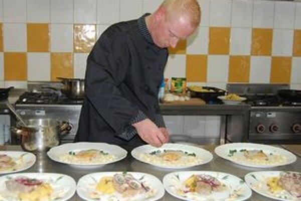 Nemecký kuchár Tobias Pohll. Spolu so študentmi vytvoril zaujímavé menu.