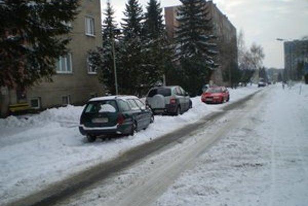 Autá odstavené na kraji cesty. Sťažovali prácu MsPS.