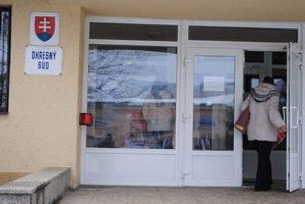 Súd v Michalovciach. Exriaditeľ základnej školy bral učiteľkám pridelené odmeny. Súd ho odsúdil za vydieranie.