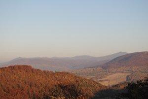 Vihorlatské vrchy. Väčšinu územia tvoria vojenské lesy Vojenského obvodu Valaškovce.