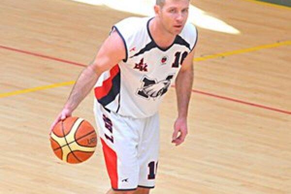 Hrajúcemu trénerovi 1. BK sa darilo. Roman Rakovský zaznamenal v Sabinove 23 bodov.