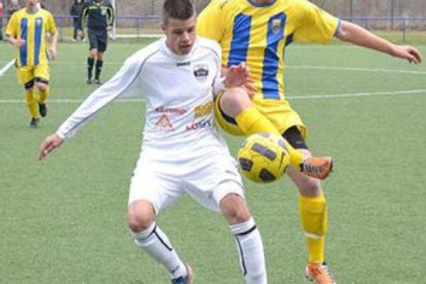 Starší dorastenci prvýkrát v jari vyhrali. Na snímke strelec dvoch gólov Adrián Leško (vpravo).