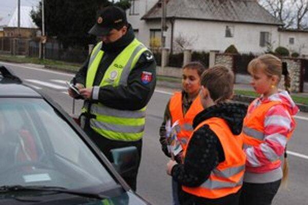 Preventívna akcia. Vodiči, ktorí sa dopustili priestupku, dostali od detí korbáč.