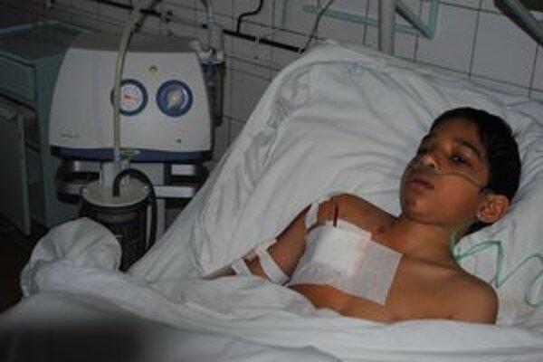 Dávidko s viacerými zraneniami leží v michalovskej nemocnici.