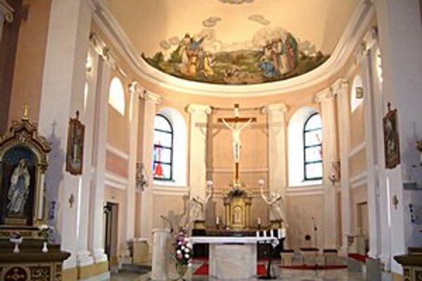 Pohľad do presbytéria. Dominuje tu stropná maľba od Františka Klimkoviča.
