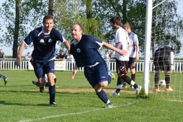 Radosť dvojgólového strelca. M. Lakatoš (v strede) sa teší z druhého gólu.