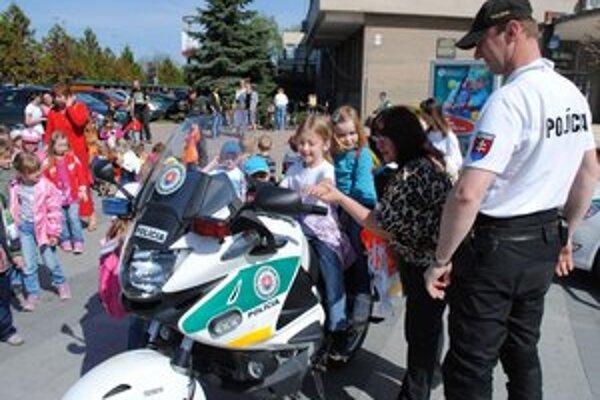 Akcia v centre mesta. Škôlkari s radosťou otestovali policajnú techniku. Na záver všetky deti dostali reflexné vesty.