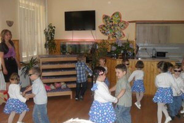 Pomáda. Tanec v podaní detí vyčaril na tvárach darcov úsmev.