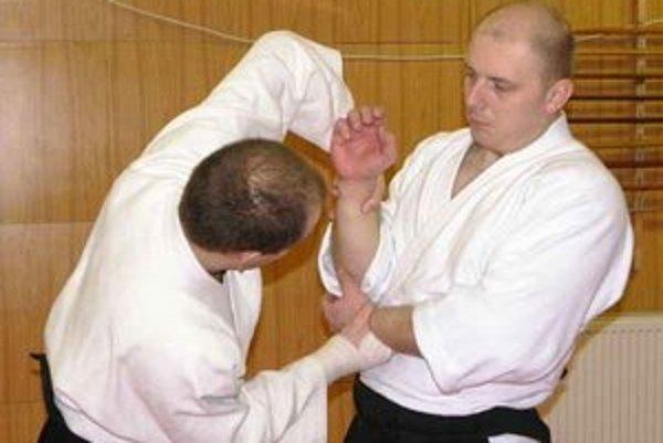Zakladateľ klubu Red Dragon. Peter Tomko (vpravo) trénuje takmer každý deň.