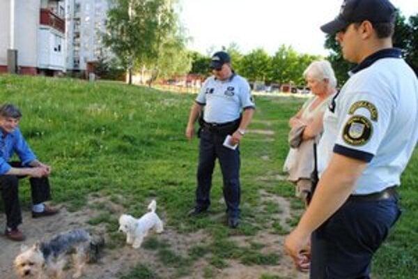 Michalovskí psičkári. Väčšina majiteľov psov sa podľa polície správa disciplinovane a dodržiava predpisy