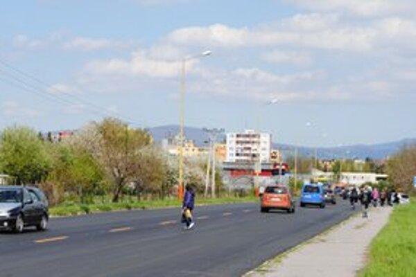 Továrenská ulica. Priechody pre chodcov napokon na frekventovanej ceste budú.