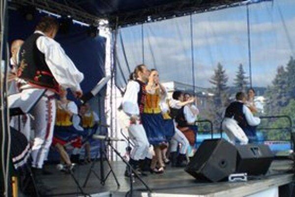 Folklórny súbor Puľs. Strážanov vystúpenie folkloristov zaujalo.