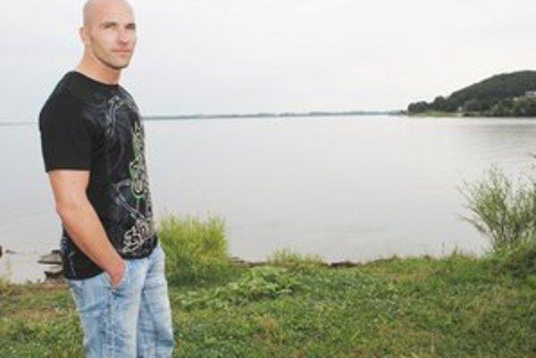Strážmajster Pavol Hruška z PMJ KR PZ Košice plával v tme k mužovi, aby sa neutopil.