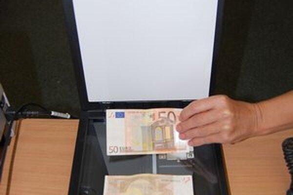 Bankovky v hodnote 50 eur skenovali a platili nimi za tovar.