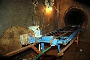 Tunel, ktorý polícia objavila v júli, mal aj malý vláčik.