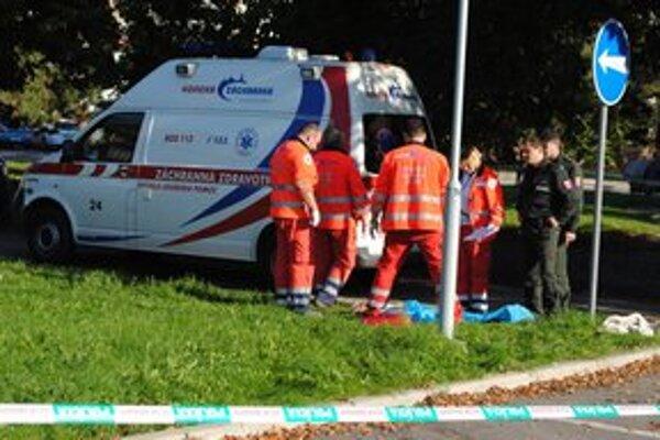 Záchranári sa snažili ženu oživiť, no márne.