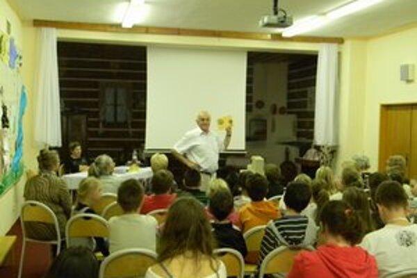 Milan Choma svojím rozprávaním žiakov zaujal.