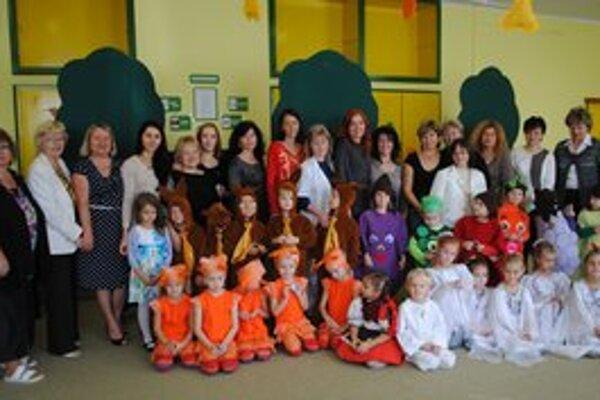 Návšteva z Ukrajiny. Na snímke slovenskí a ukrajinskí učitelia so škôlkarmi.