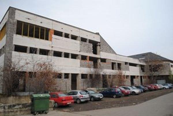Budova tržnice. Nedostavaná budova straší v Michalovciach už 24 rokov.