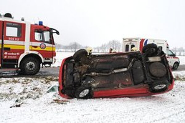 Sneženie a nehody. Po prvom snežení v Zemplíne skončili niektorí vodiči s autami v priekopách.