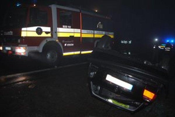 Opitá vodička auto prevrátila na strechu. Počas nehody sa ťažko zranila stará mama.  Dve deti vo veku 14 a 11 rokov sa zranili ľahko.