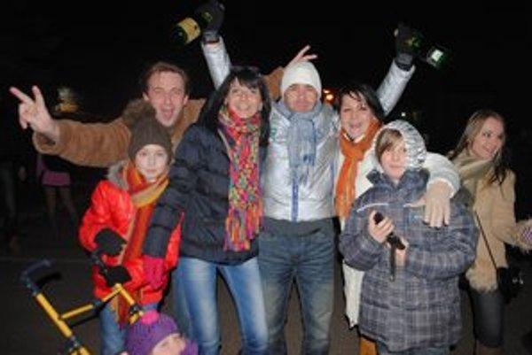 Oslavy Silvestra. V centre Michaloviec vítalo Nový rok približne 2-tisíc ľudí. Dobre sa zabávali aj Michalovčania Martin Mach a Martin Pajtaš s rodinami.