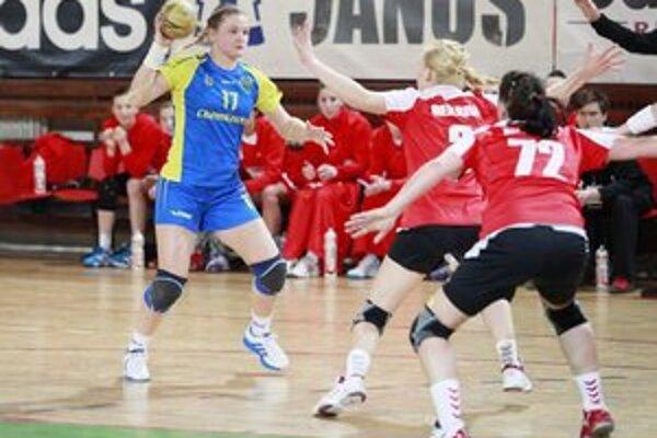 Na strednej spojke zahrala výborne. D. Horňáková (vľavo) strelila spolu 10 gólov.