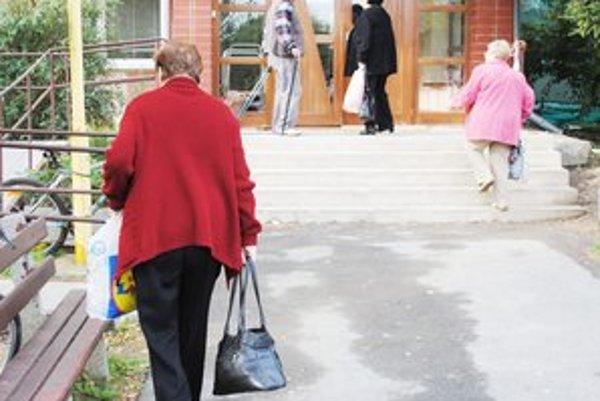 Michalovskí dôchodcovia. Ak chcú zľavy na daniach, musia o to individuálne požiadať na magistráte.