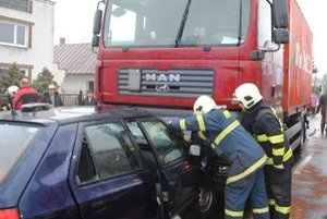 Vodič osobného auta prešiel do protismeru a narazil do kamióna.