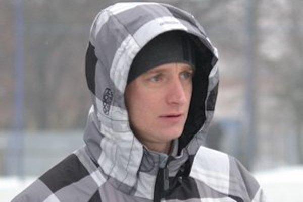 Nový kormidelník rezervy. T. Kozár bude pomáhať chlapcom aj na ihrisku.
