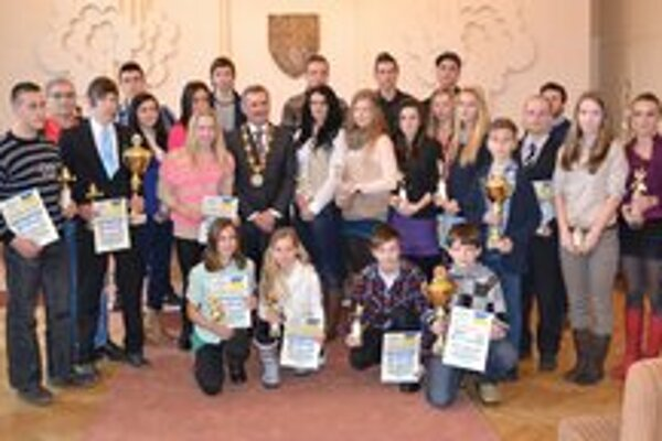 Najúspešnejší športovci mesta Michalovce za rok 2012. Medzi nimi je primátor mesta Viliam Zahorčák, ktorý ich slávnostne dekoroval.