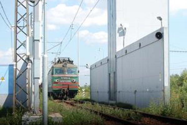 Colníci kontrolujú vlaky na hranici aj skenerom.