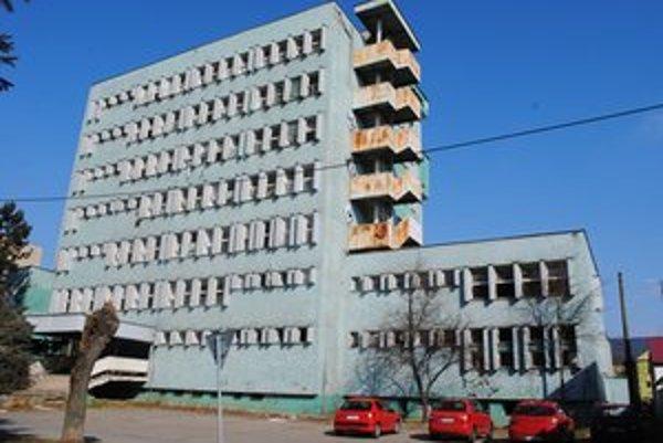 Sedemposchodová budova. Štát ju ponúkol mestu za polovičnú cenu, za 253-tisíc eur. Samospráva ponuku odmietla.