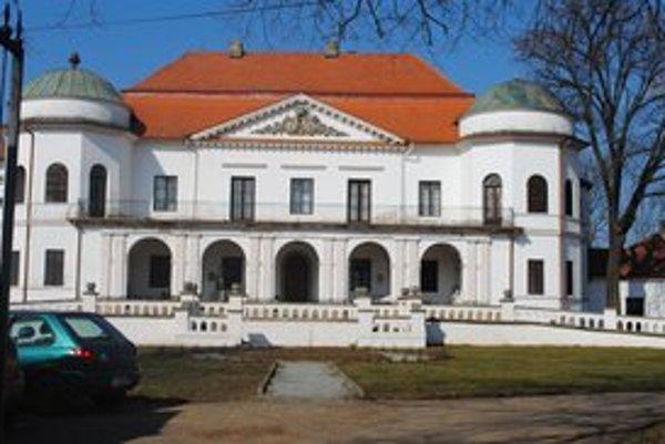 Zemplínske múzeum. Rodina Sztárayovcov sídlila v barokovo-klasicistickom  kaštieli. Zaslúžila sa o rozvoj Michaloviec.