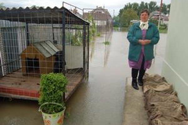 Postihnutých sú tisíce. Margita Mrázová z Milhostova a ľudia na Zvonárskej ulici pri toku Trnávky mali vodu na záhrade, v pivniciach, na dvore aj v garáži.