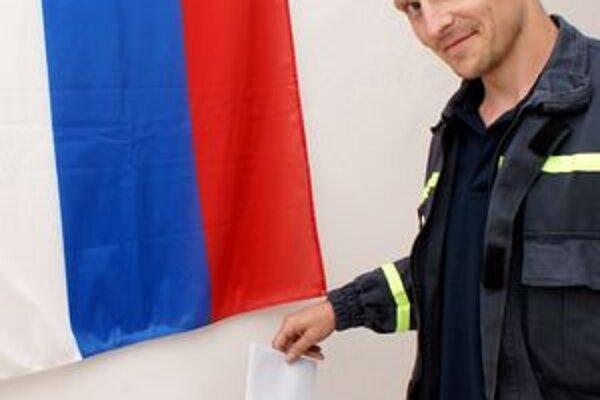 Trebišovský hasič Ján Grecula sa ráno zastavil voliť cestou zo služby.