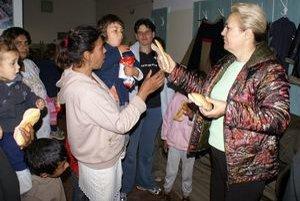 V Markovciach je stále evakuovaných okolo 50 ľudí. Vpravo starostka obce Valéria Eľková.