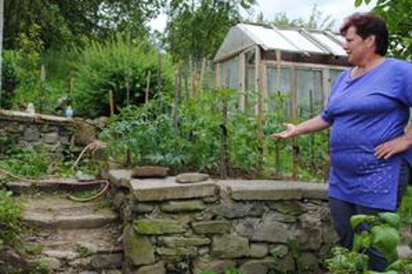 Kamenné kaskády na pozemku Jankajovcov slúžia aj na zachytávanie zeminy, ktorú pri daždi berie voda spolu s úrodou.