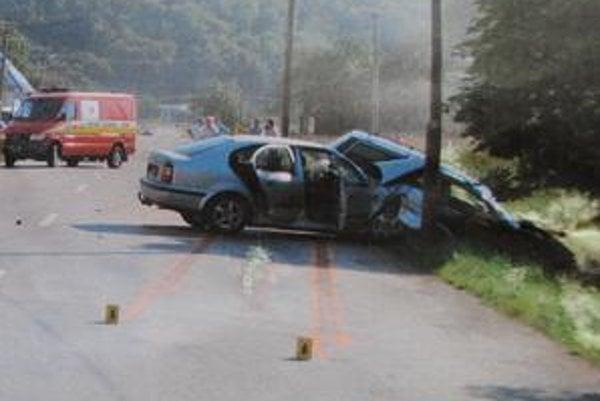 Miesto nehody. Vodič WV Passat čelne narazil do protiidúcej Škody Octavia, v ktorej viezol muž zo Sniny svoje dve deti.