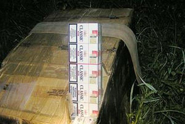Ukrajinské cigarety boli zabalené v balíkoch s popruhmi. Pašeráci ich odhodili pri hnojisku a utiekli.