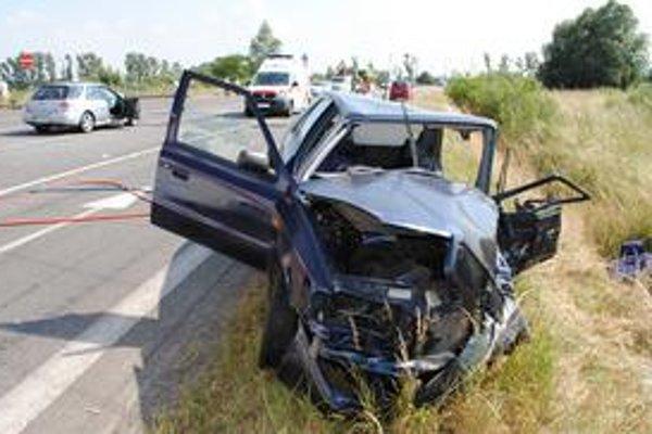 Nehoda. Pri čelnej zrážke škodovky a subaru sa zranilo päť ľudí. Najťažšie zranenia utrpel vodič felicie.