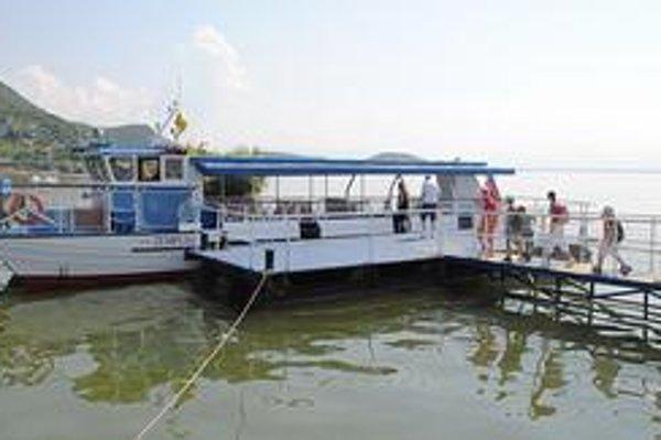 Plavba loďou. Katamaran Zemplín pojme 60 cestujúcich. Turistov túžiacich po výletnej plavbe je málo.