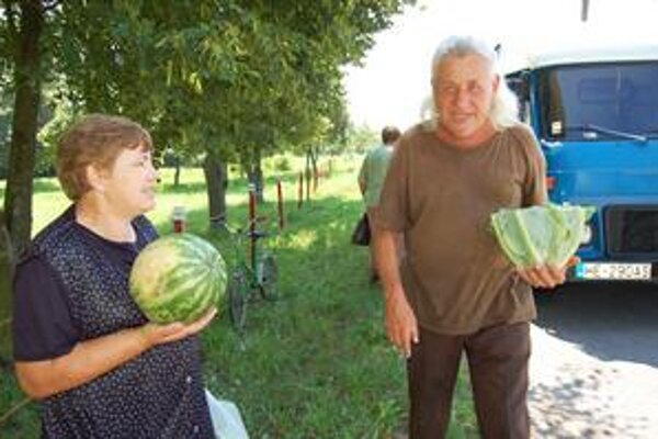 Bez vlastnej zeleniny celkom zostali aj v Horovciach. Ľudia preto príchod farmára z Udavského privítali s nadšením.