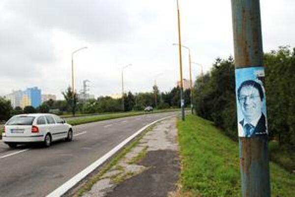 Každulinký stĺp. Ľudia, ktorí vylepovali plagáty kandidáta do NR SR Milana Urbániho, si dali záležať. Za obeť padol každý stĺp na výpadovke na Šíravu, a to obojsmerne.