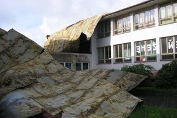 Strhnutá strecha školy vo Vojčiciach v Trebišovskom okrese.