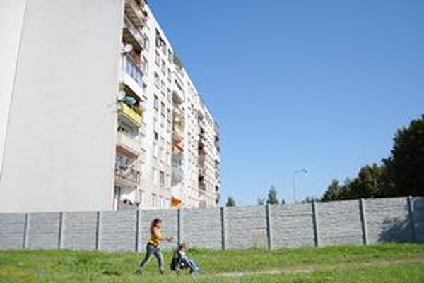 Ďalší múr. Poskladali sa naň obyvatelia bytovky na Leningradskej ulici.