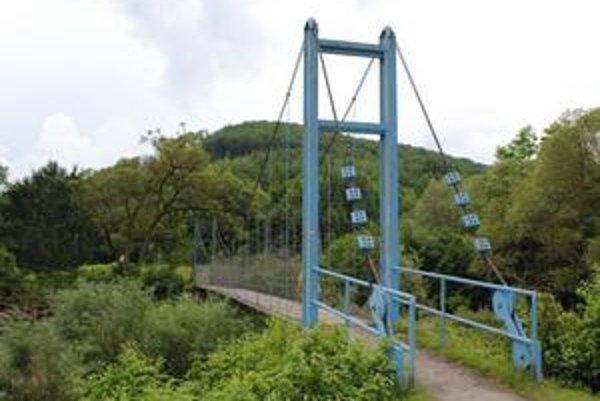 Cesta k stanici. Ak sa z nej chcete dostať zo železničnej zastávky Zbudské Dlhé do obce, musíte ponad Laborec prejsť po tomto moste, ktorý sa s vami príjemne hojdá.