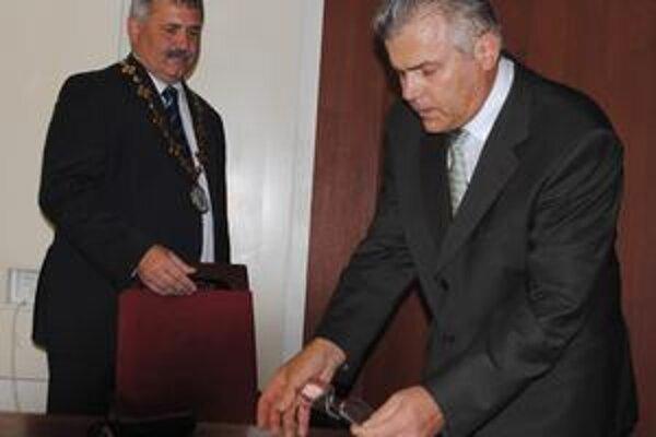 Nový poslanec. Anton Rudáš zložil slávnostný sľub na rokovaní 24. augusta.