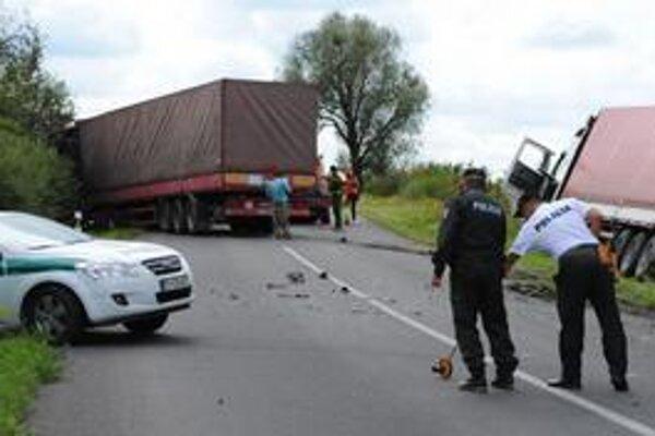 Záchranári. Išlo im o život. Počas vyťahovania kamióna do nich takmer narazil druhý kamión.